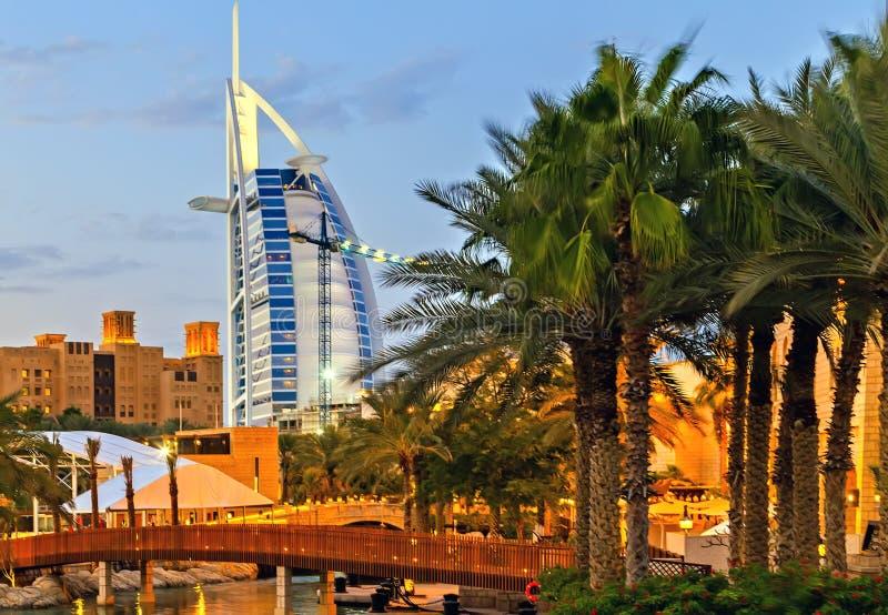 Palme dell'hotel di Burj Al Arab di notte nel Dubai, UAE immagine stock libera da diritti
