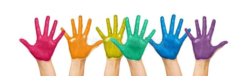 Palme delle mani umane dipinte nei colori dell'arcobaleno fotografia stock libera da diritti