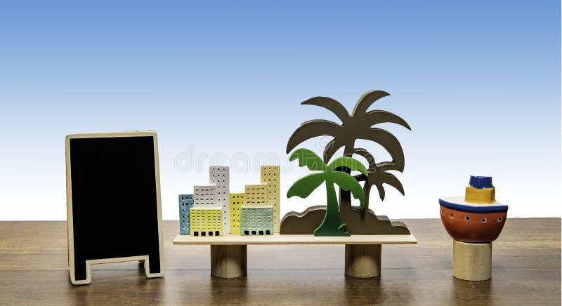 Palme mit Gebäuden und leeres schwarzes Brett mit Boot stockfotografie