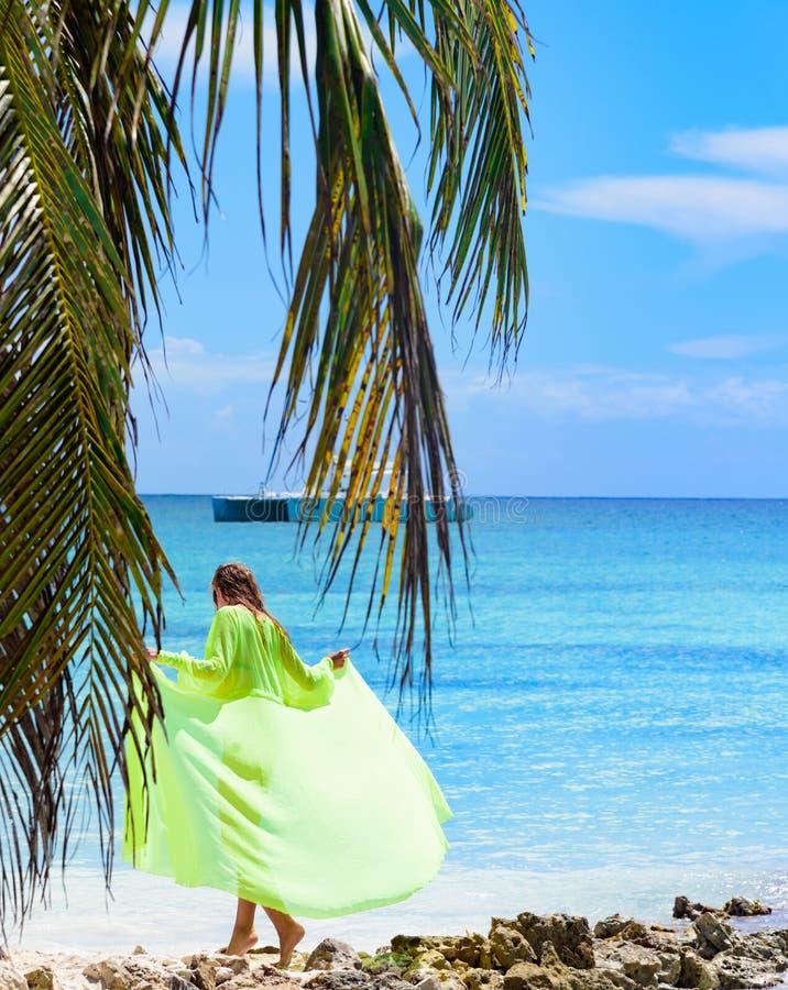 Palmeira do mar do poreo da menina imagens de stock royalty free