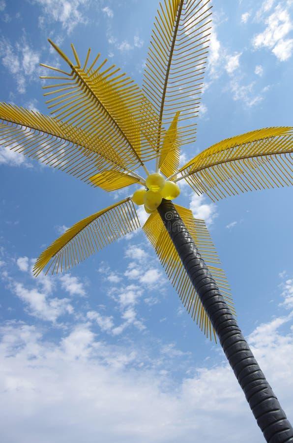 Palmeira plástica com folhas e os cocos amarelos no parque da água fotografia de stock royalty free