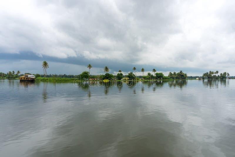 Palmeiras e céus nebulosos nas marés de Kerala foto de stock