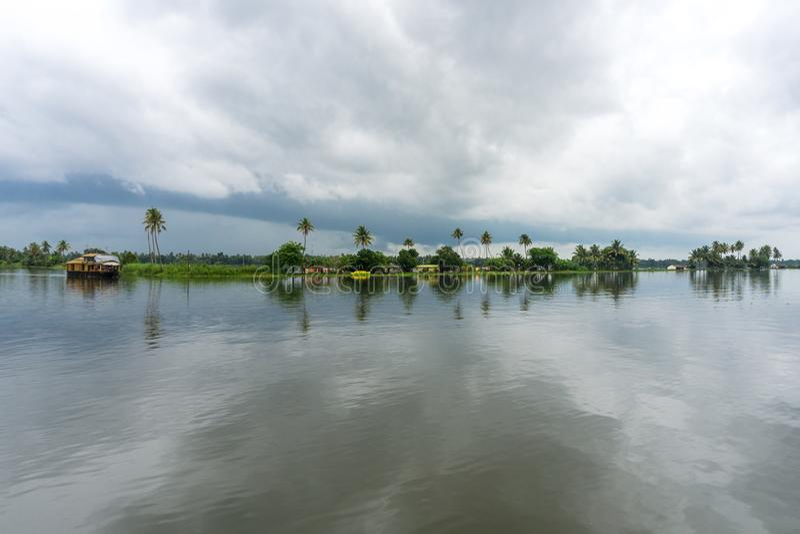 Palmen en bewolkte hemel op de binnenwateren van Kerala stock foto