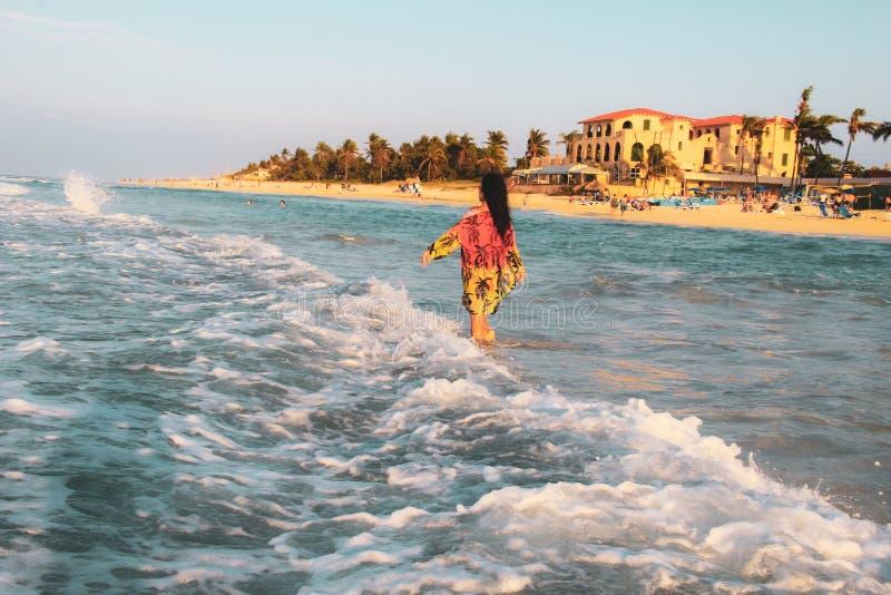 Palmen en wit zandig strand bij de zonsondergang in Caribbeans royalty-vrije stock foto
