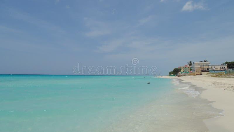 Palmen en wit zandig strand bij de zonsondergang in Caribbeans royalty-vrije stock afbeelding