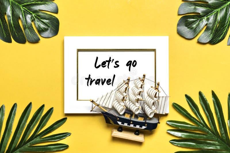 Palmen- und monsterablätter, Orchidee, Muscheln, weißer Fotorahmen, Schiff auf einem gelben Hintergrund stockfotografie