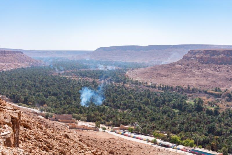 Palmen und Rauch am Ziz-Tal in Marokko stockfotografie