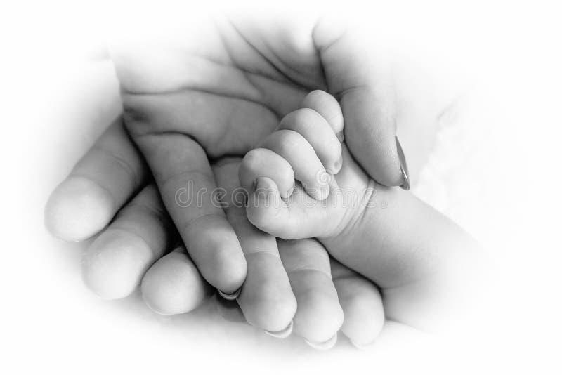 Palmen van moeder en vader en pasgeboren baby royalty-vrije stock foto