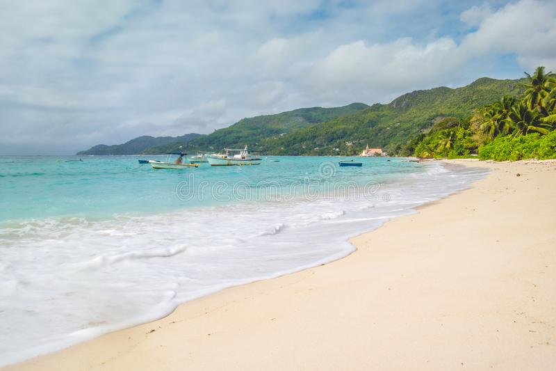 Palmen, wit zand en turkooise overzees bij Sprookjeslandstrand, Seychellen Afrika royalty-vrije stock fotografie