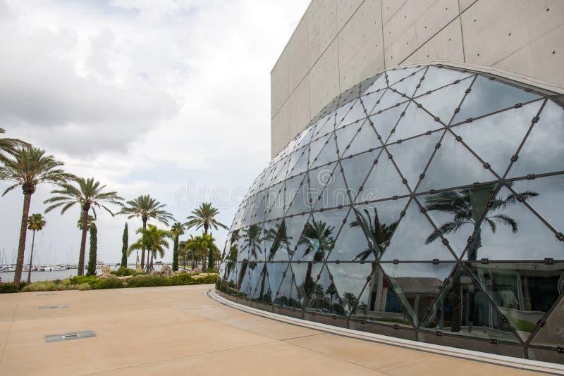 Palmera reflejada en el edificio moderno foto de archivo
