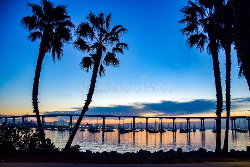 Palmeras y el San Diego Bay Bridge fotografía de archivo