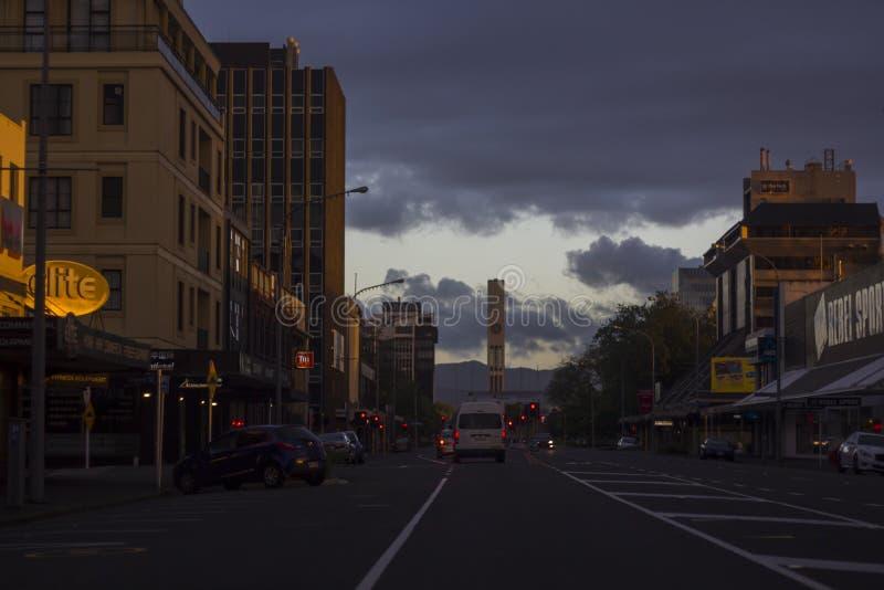 Palmerston norr stad på skymning, med berg och klockatornet på bakgrunden, Nya Zeeland royaltyfri bild
