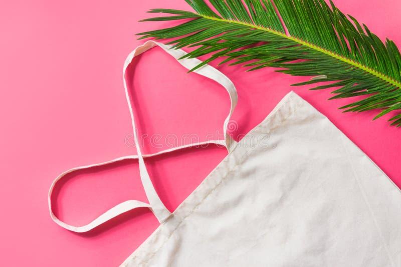 Palmette de toile de vert de sac d'emballage de tissu de coton de maquette blanche vide sur la configuration plate à la mode de f photos libres de droits