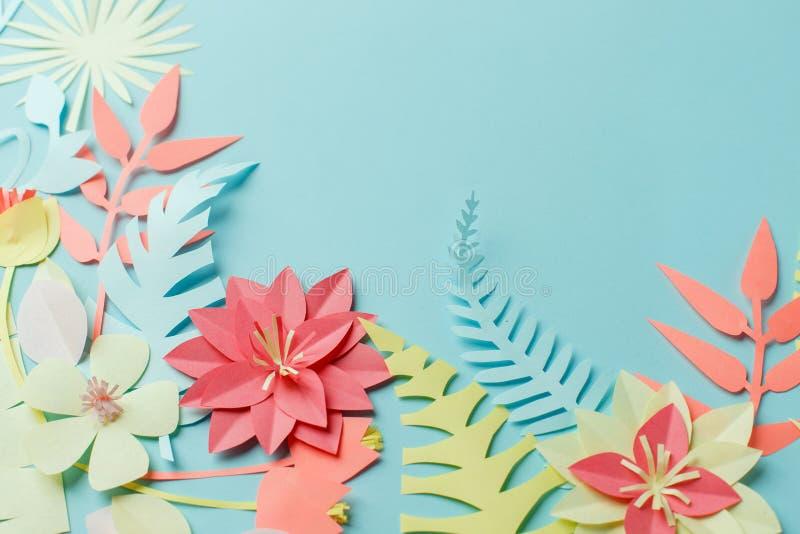 Palmettes et fleurs exotiques tropicales colorées sur le fond en pastel bleu, été, ressort, Pâques, concept de vacances, art de p photos stock