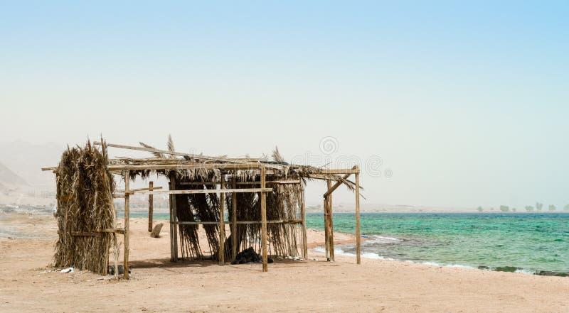 Palmhut met huisvuil op de kusten van het Rode Overzees in Egypte Dahab royalty-vrije stock foto
