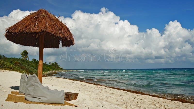 Palmhut op het strand in Cancun stock fotografie