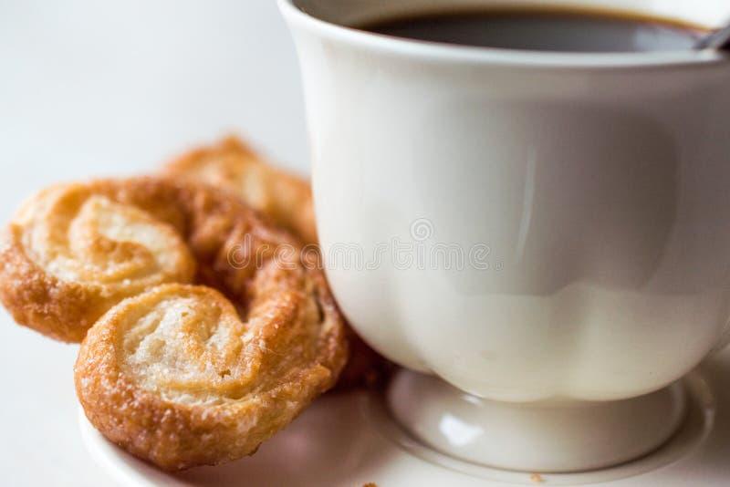 Palmier ciastka z filiżanką obrazy stock