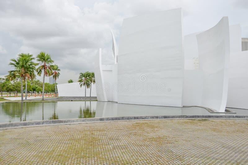 Palmier et réflexion dans l'eau image stock