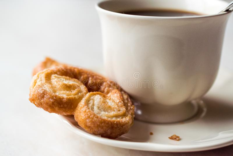Palmier Plätzchen mit Kaffeetasse lizenzfreies stockfoto