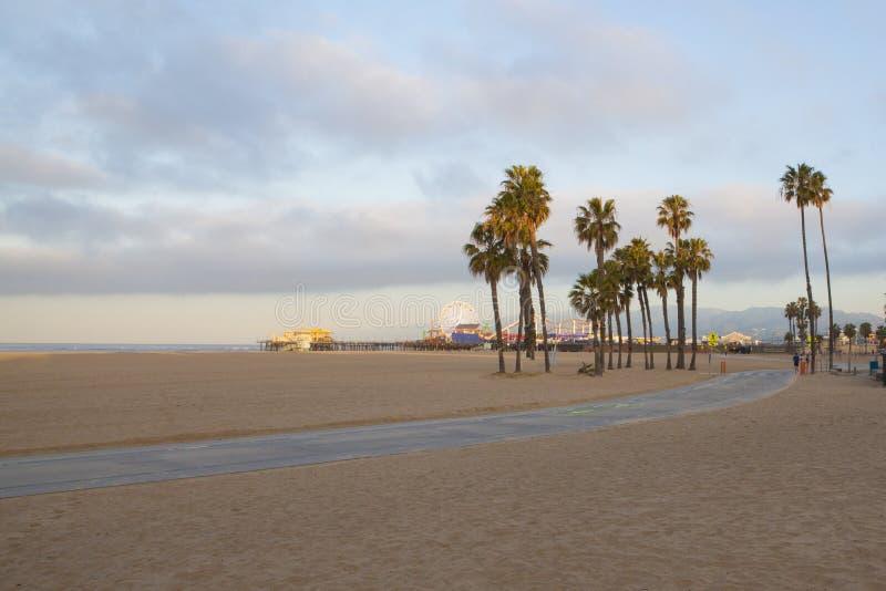Palmiers et Santa Monica Pier sur la Côte Pacifique photos libres de droits