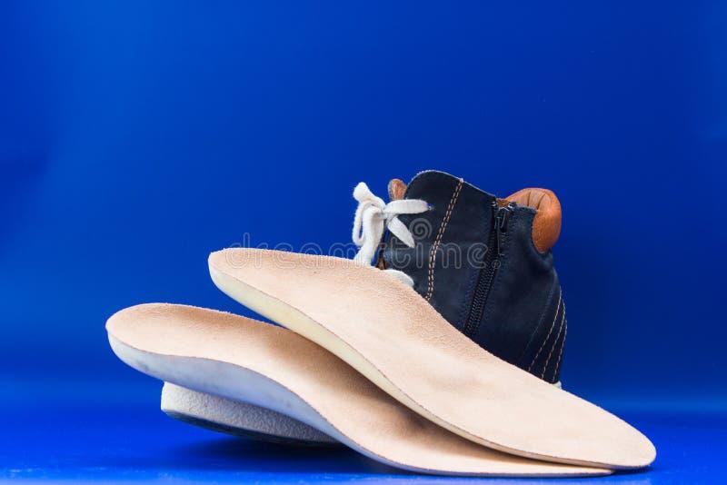 Palmilhas ortopédicas de couro com bota Fundo para um cartão do convite ou umas felicitações imagens de stock royalty free