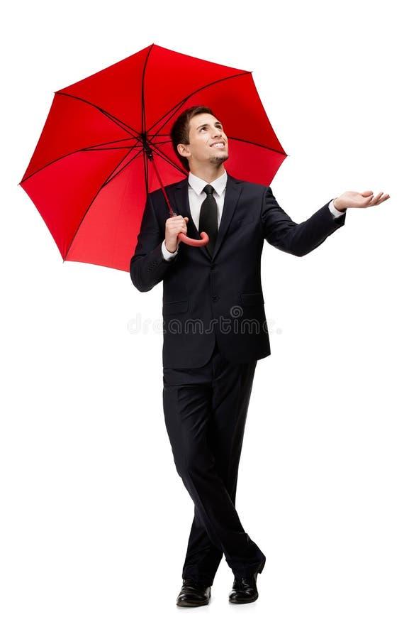 Palming acima do homem com guarda-chuva vermelho verifica a chuva fotografia de stock