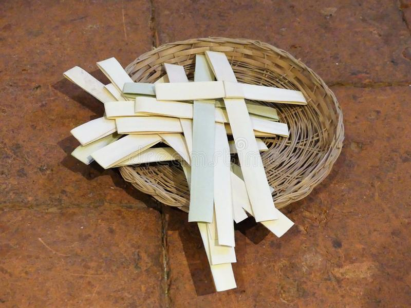Palmkruisen in een rieten mand voor de gelegenheid van Palmzondag stock foto's