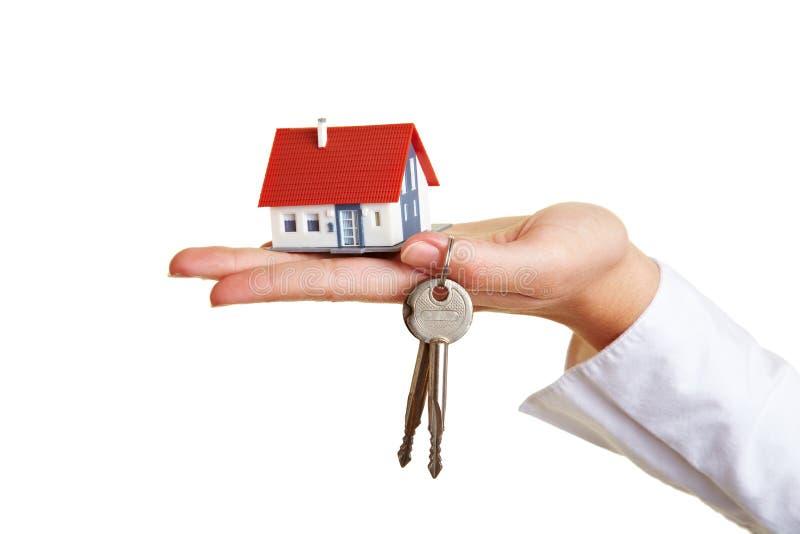 Download Palmowi domowi ręka klucze obraz stock. Obraz złożonej z agent - 20595529