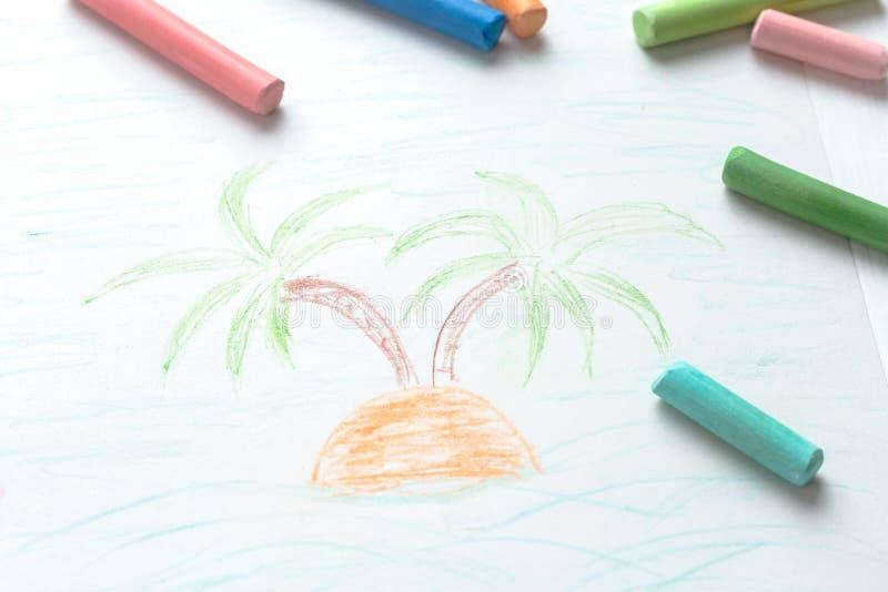Palmträd för teckning för barn` s Sommar hav, fartyg Mångfärgade färgpennor, pastell royaltyfria bilder