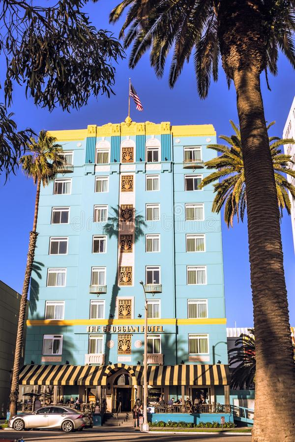 Palmträd inramar det georgiska hotellet och dess verandarestaurang i Santa Monica, CA arkivbilder
