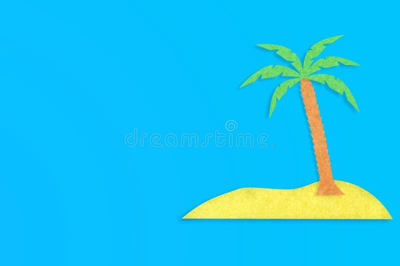 Palmträdet med sidor och den gula ön klippte ut från papper på den blåa tabellen Top besk?dar Minimalismbegrepp - bild royaltyfria foton