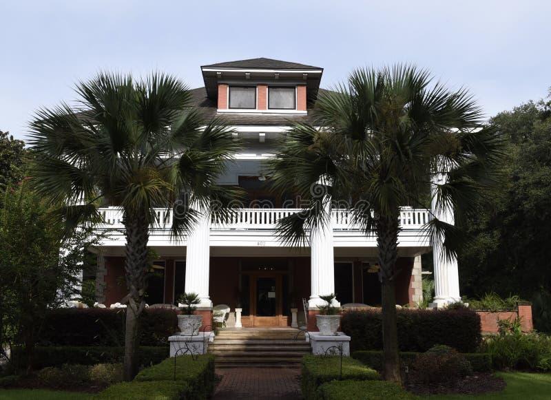 Palmträdingång till den Florida herrgården arkivbild