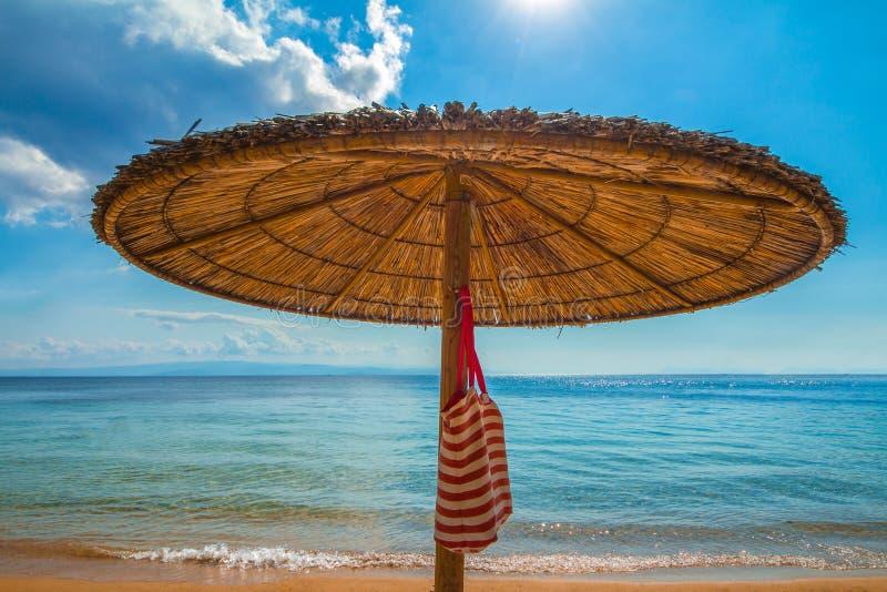 Palmträdparaply med påsen arkivfoto