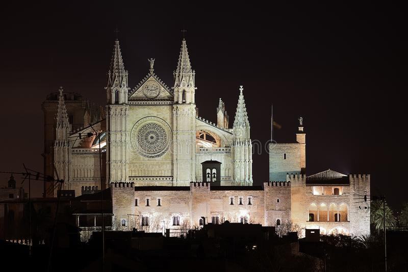 Palmy de Mallorca katedra iluminująca na nocy zdjęcie royalty free