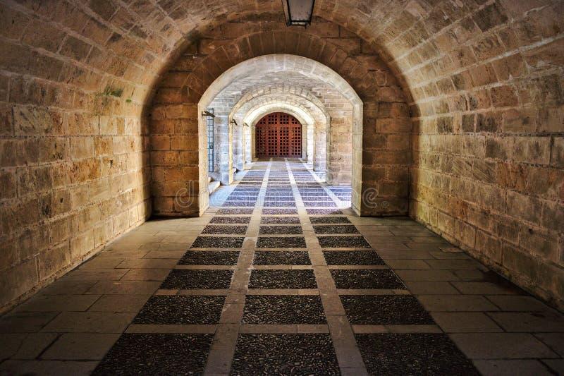 Palmy katedralny antyczny ceglany przejście z łukami i żelazną bramą, Mallorca, Spain zdjęcie royalty free