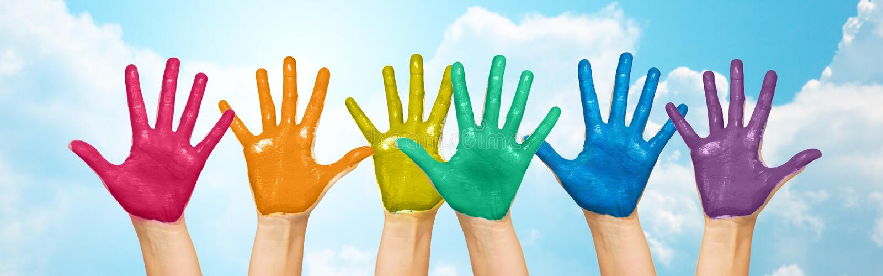 Palmy ludzkie ręki malować w tęczy barwią zdjęcie royalty free
