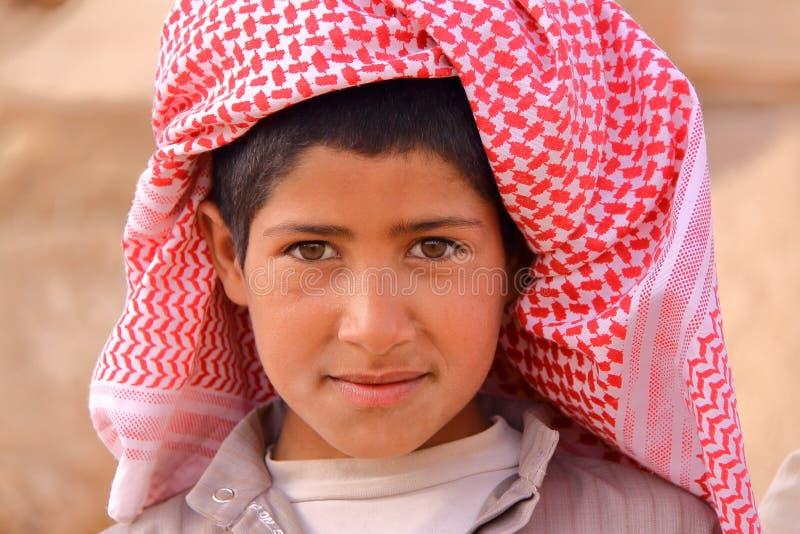 PALMYRA, SÍRIA - 28 DE ABRIL DE 2010: Retrato de um rapaz pequeno beduíno no local arqueológico do Palmyra fotos de stock