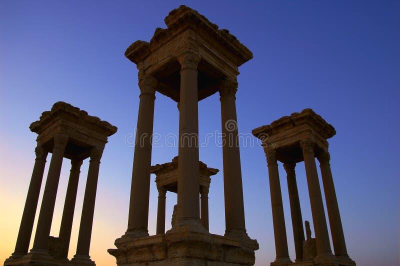 Palmyrakontrolltürme an der Dämmerung stockfotografie