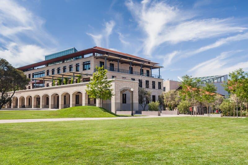 Palo Alto, CA/USA - circa giugno 2011: Costruzioni, vicoli e fontane di Stanford University Campus in Palo Alto, California fotografia stock libera da diritti