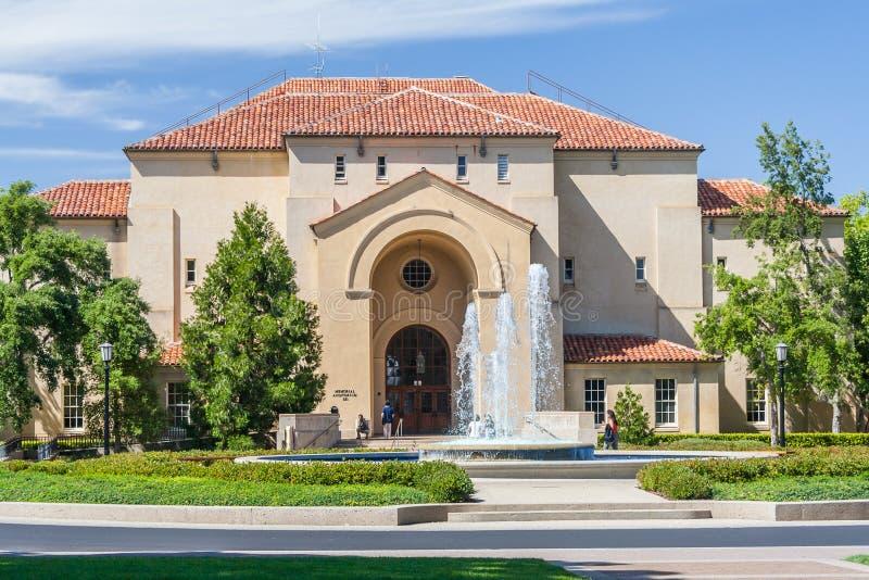 Palo Alto, CA/USA - circa im Juni 2011: Gebäude, Gassen und Brunnen von Stanford University Campus in Palo Alto, Kalifornien lizenzfreie stockbilder