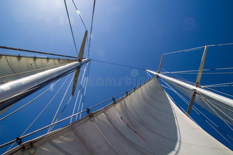 Palo de navegar el yate contra el cielo azul en el día soleado fotos de archivo libres de regalías