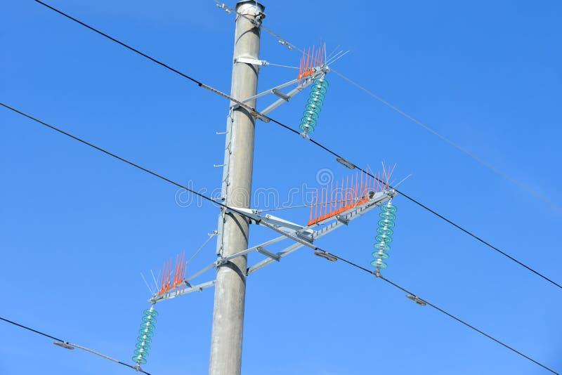 Palo de un primer de la línea eléctrica contra un cielo azul foto de archivo libre de regalías