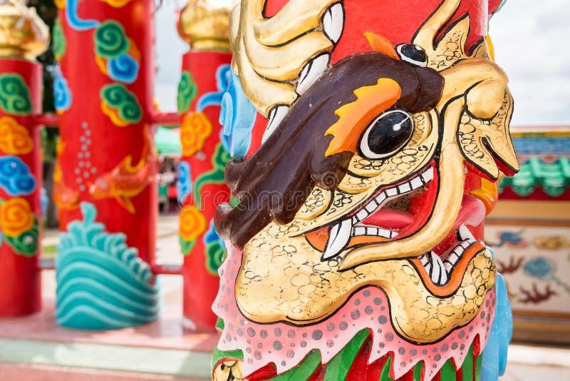Palo del drago nelle costruzioni e nel cultur asiatici delle tempie del tempio cinese fotografie stock libere da diritti
