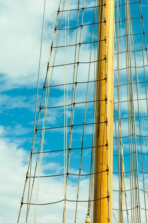Palo del yate contra el cielo azul del verano yachting imagen de archivo libre de regalías