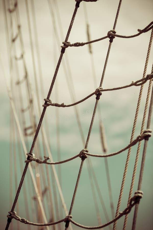 Palo del yate contra el cielo azul del verano yachting fotografía de archivo