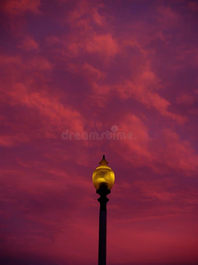 Palo della luce e nuvole immagine stock libera da diritti