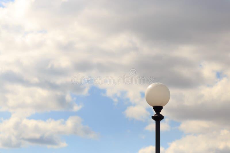 Palo della luce solo contro il cielo e le nuvole fotografia stock libera da diritti