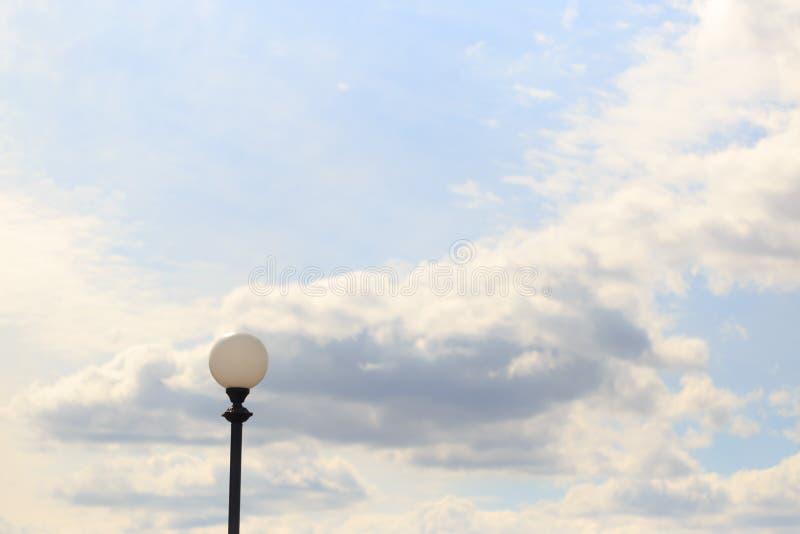 Palo della luce solo contro il cielo e le nuvole immagini stock libere da diritti