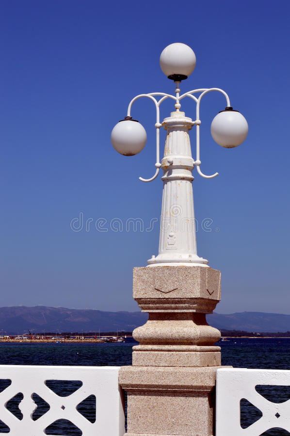 Palo della luce sul ponte di La Toja fotografia stock libera da diritti