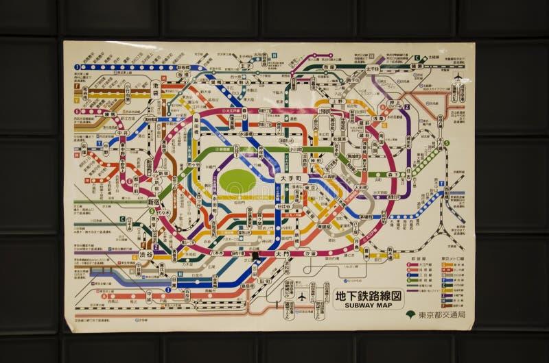 Palo della mappa di itinerario di informazioni del sottopassaggio e ferrovia della metropolitana di Tokyo immagine stock libera da diritti